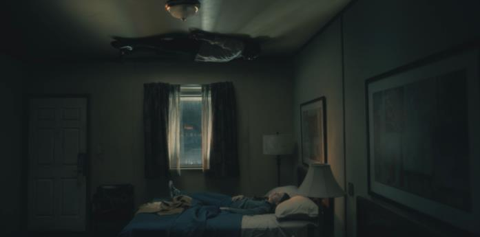 Gli interni del motel in una scena di Hill House