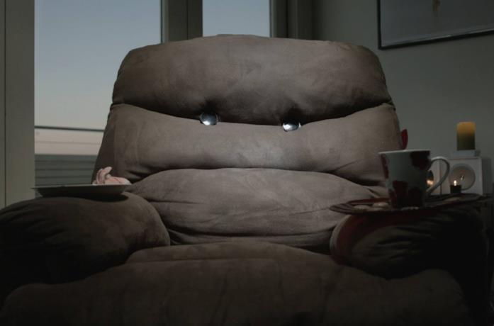 Il divano assassino del film Killer Sofa