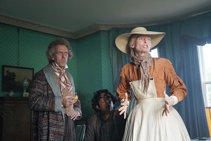 Hugh Laurie, Dev Patel e Tilda Swinton in una scena del film La vita straordinaria di David Copperfield