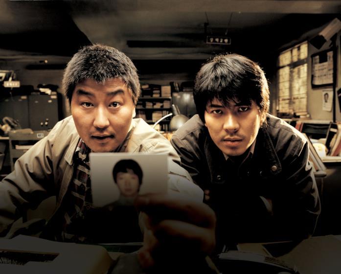Song Kang-ho e Kim Roi-ha in una scena del film Memorie di un assassino