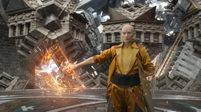 L'Antico interpretato da Tilda Swinton mostra i suoi poteri in Doctor Strange