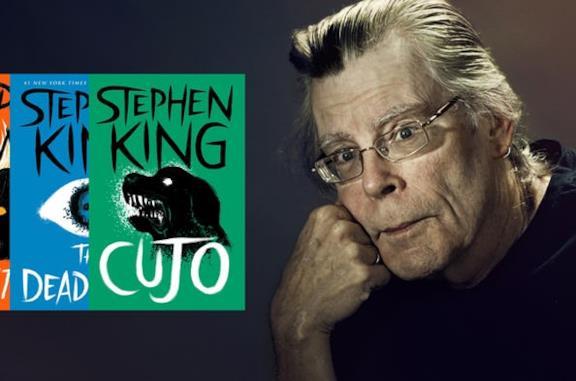 Lo scrittore Stephen King con i suoi libri in mano