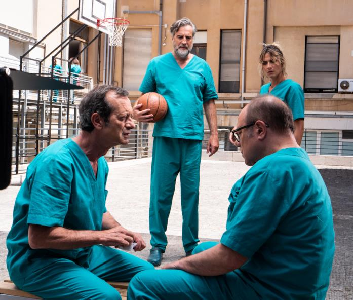 Rocco Papaleo e il resto del cast discutono dopo la partita a basket