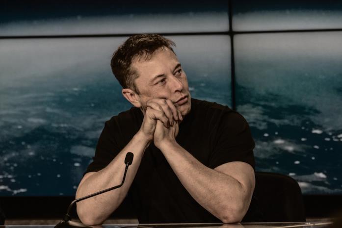 Foto di Elon Musk durante un intervento pubblico
