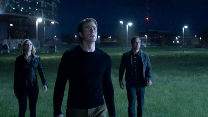 Steve, Natasha e Bruce guardano verso il cielo