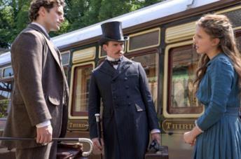 A destra Enola Holmes, insieme ad altri due personaggi del film