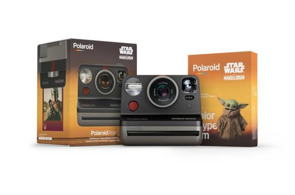 Un'immagine della Polaroid e delle pellicole a tema The Mandalorian