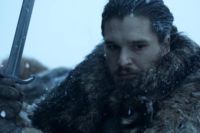 Jon Snow impugna la spada nella neve