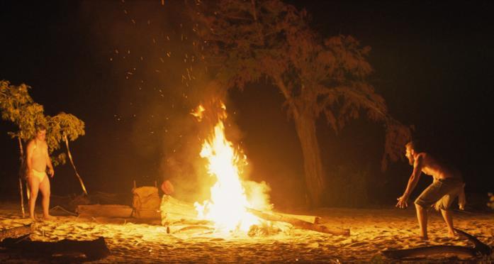 Zac e Tyler intorno al fuoco