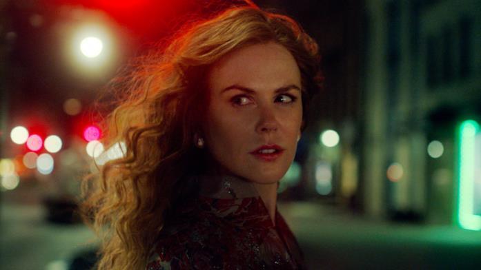 Un primo piano di Nicole Kidman che attraversa una strada di notte in The Undoing