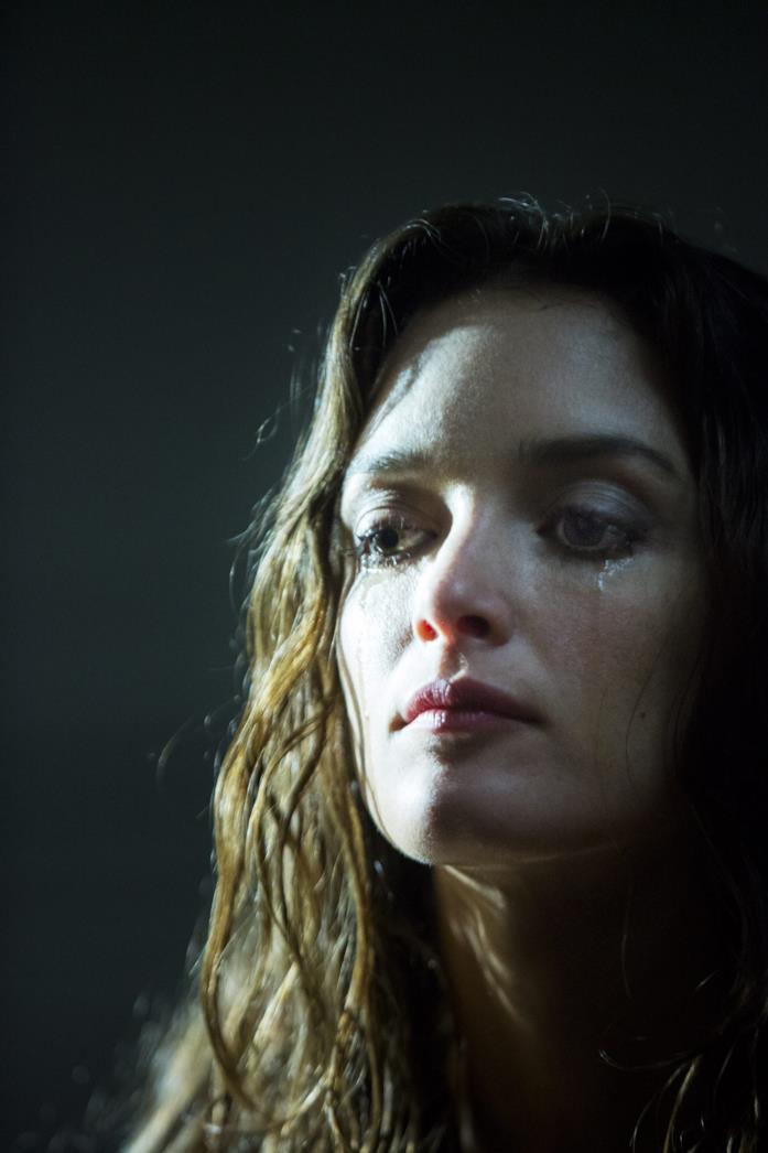 Un primo piano di Charlotte Le Bon in una scena del film Iris