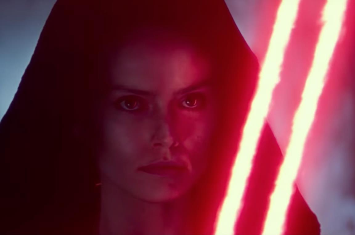 Rey con la spada laser doppia di colore rosso