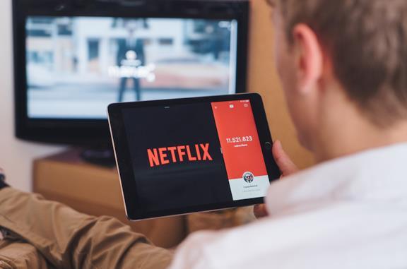 Utente guarda Netflix su dispositivo mobile
