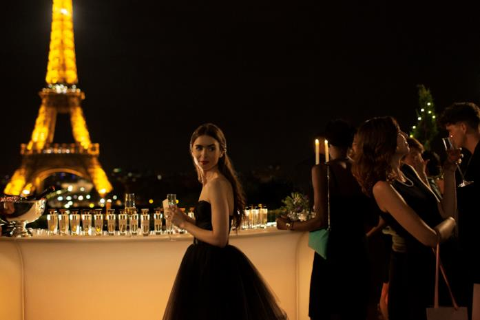 Emily con la Tour Eiffel sullo sfondo