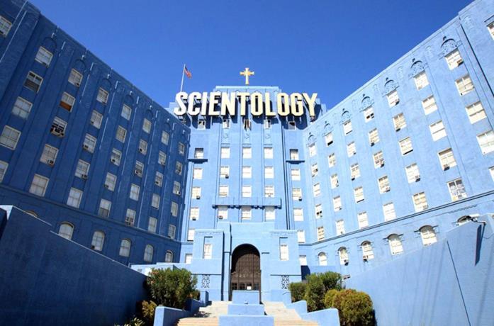 L'ingresso della Chiesa in una scena del film Going Clear: Scientology e la prigione della fede