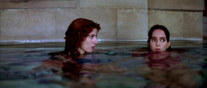 Susy e l'amica Sarah in acqua