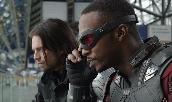 Falcon e Winter Soldier si trovano vicini, mentre fissano qualcosa o qualcuno