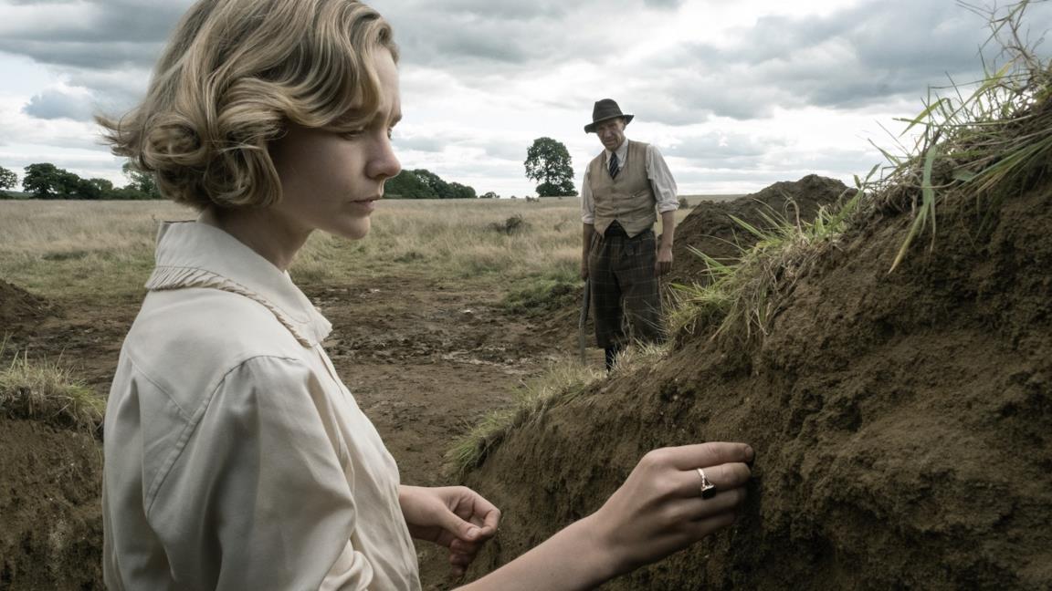 Carey Mulligan e Ralph Fiennes in una scena del film The Dig