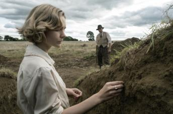 Carey Mulligan e Ralph Fiennes in una scena del film The Dig