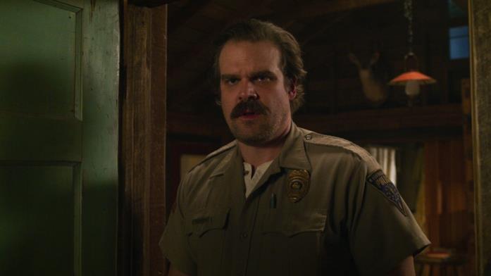 Lo sceriffo Jim Hopper (interpretato da David Harbour) in una scena della terza stagione