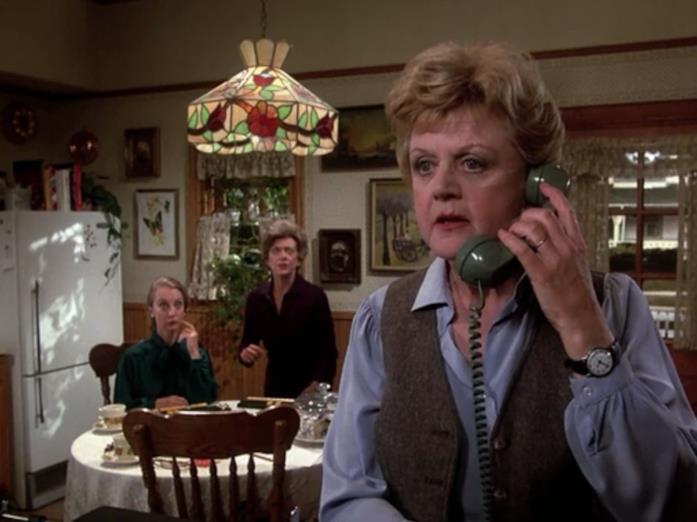 Un'immagine che ritrae Jessica Fletcher mentre risponde al telefono in La signora in giallo