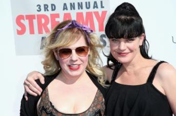 Pauley Perrette e Kirsten Vangsness abbracciate in una foto scattata agli Streamy Awards