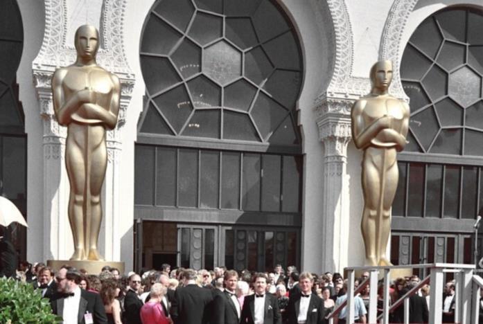 L'ingresso del teatro dove si svolge la cerimonia degli Oscar affollato di star