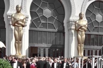 Due grosse statue che riproducono l'aspetto dell'Oscar