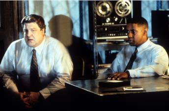Denzel Washington in una scena de Il tocco del male
