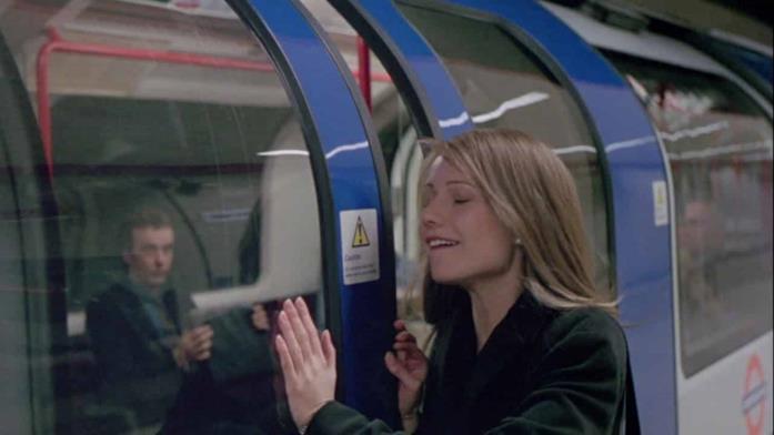 Una scena di Sliding Doors nella metro