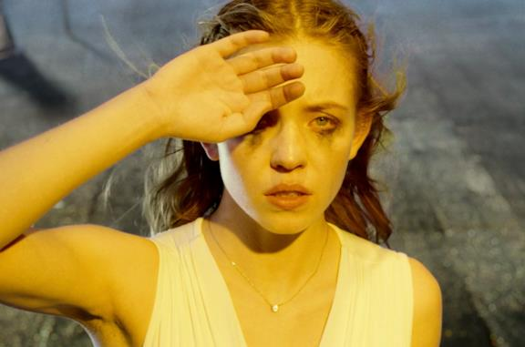 Sydney Sweeney nei panni di Juliet osserva una forte luce gialla