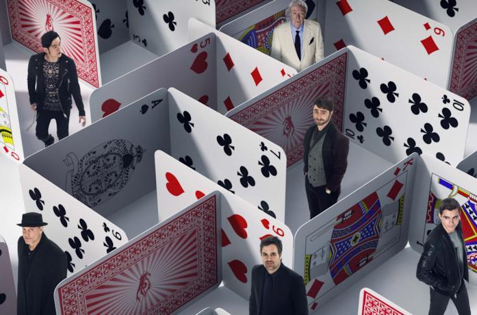 I protagonisti del film si muovono in un labirinto di carte da gioco