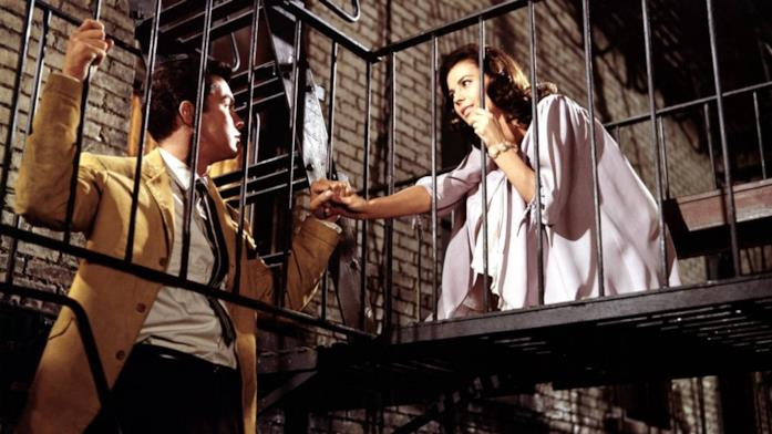 Maria e Tony si tengono per mano