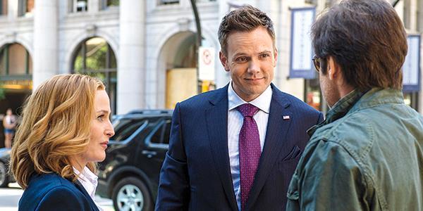 Joel McHale in una scena di X-Files