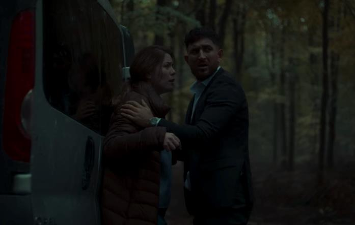 Un uomo e una donna vicino a un furgone