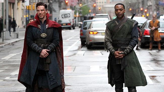 Benedict Cumberbatch e Chiwetel Ejiofor sul set del film Doctor Strange