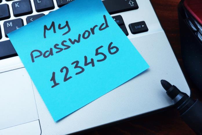 Primo piano di una password scritta su un post-it di Shutterstock