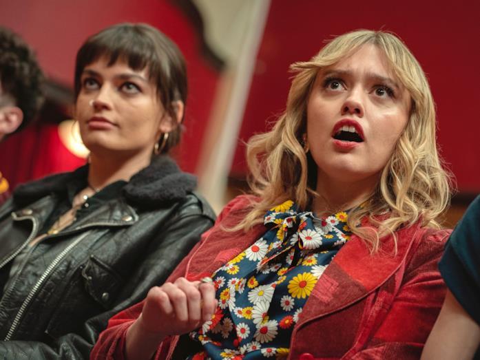 Una scena di Sex Education 3 con Maeve e Aimee