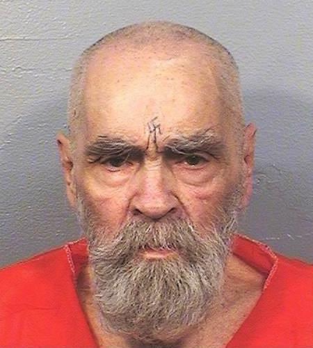 Un primo piano del vero Charles Manson