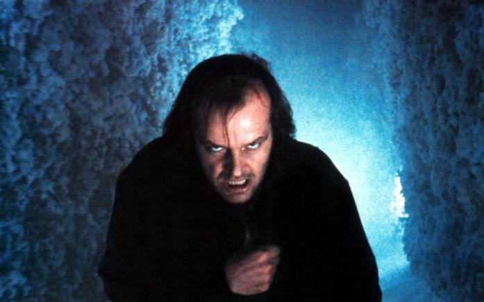Il protagonista insegue il figlio all'interno del labirinto