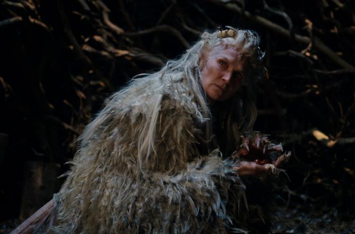 Un'immagine di Cursed con un'anziana maga