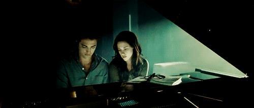 Robert Pattinson al pianoforte