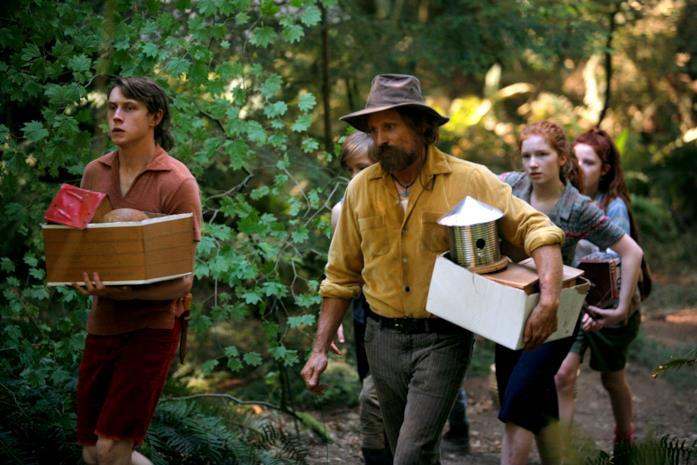 Viggo Mortensen e i giovani protagonisti del film in una scena di Captain Fantastic