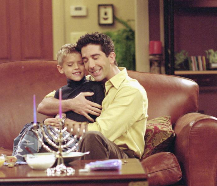 Ben Geller e Ross in una scena di Friends