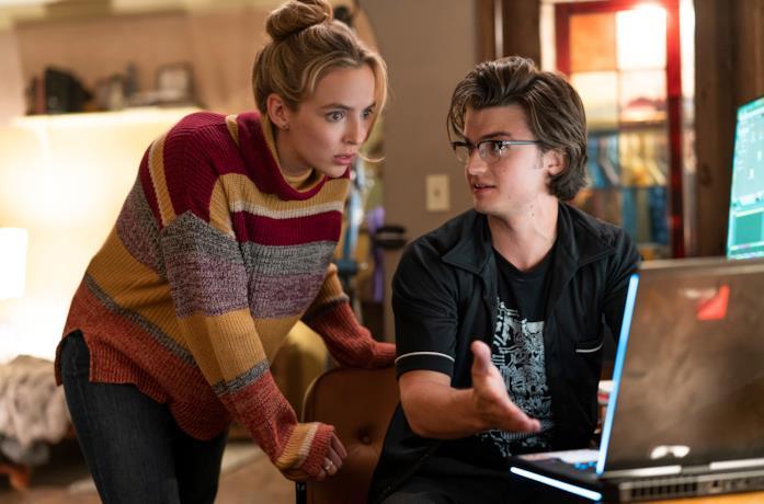 Millie e Keys davanti al portatile