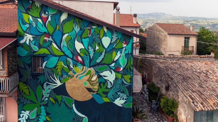 Il murales dell'artista Hundun ispirato da una collezione di Salvatore Ferragamo