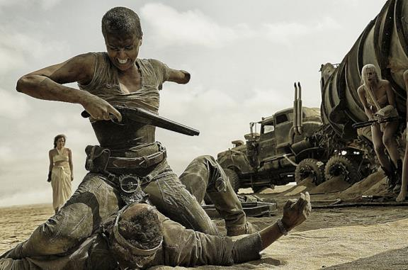Charlize Theron e Tom Hardy in Mad Max: Fury Road