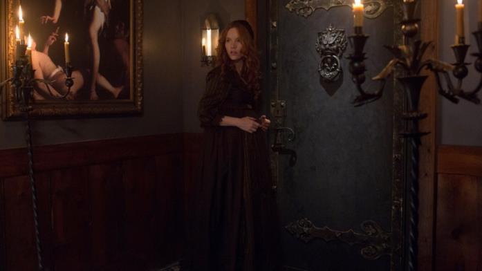 Anne Hale viene spinta dal piccolo John ad aprire la porta infernale