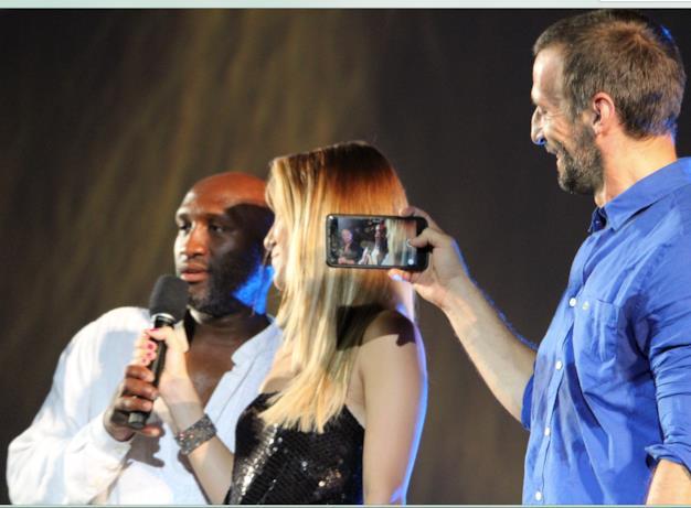 Mathieu Kassovitz riprende con il cellulare Ali Alibidi sul palco di Piazza Grande