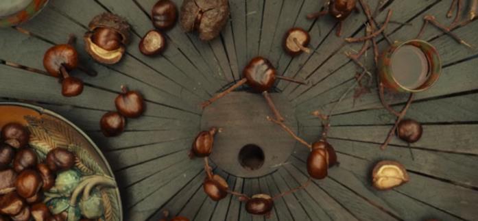 Un tavolo con delle castagne